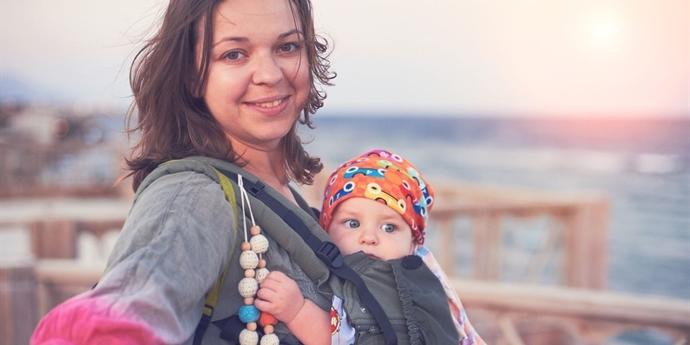 16399269224 Jak obléknout miminko v létě do nosítka  Klidně stačí jedna vrstva –  Maminka.cz