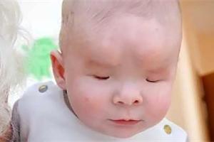 Malý Alexandr se narodil bez očí a nyní čeká na adopci. Jeho máma se ho zřekla