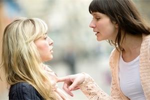 Nejsi tak dobrá jako my! Šikana mezi matkami bolí! Jak se s ní vypořádat?