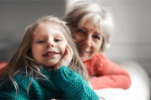 Babička upřednostňuje jedno vnouče. Podle vědců za to mohou i geny