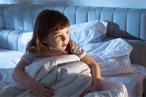 Strach ze tmy má většina dětí. Pomůže noční světýlko. Pozor ale na modré!