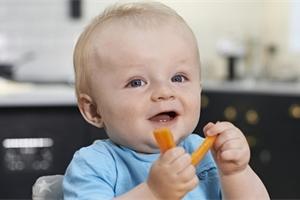 Dejte miminku jídlo do ruky! Víte, co je BLW? A co na něj lékaři?