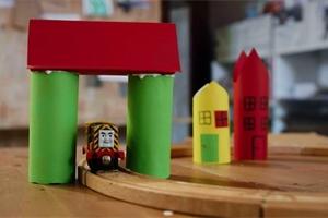 Dílnička: Výrobu papírových domečků ke kolejím zvládnou i ti nejmenší