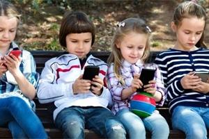 Kdy je čas pořídit dítěti první mobilní telefon? A může ho používat ve škole?