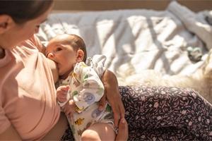 Z kojení máte výhody oba. A jak poznáte, že má miminko dost?