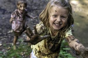 Vyžeňte děti ven! Proč je pro děti pravidelný pobyt v přírodě tak důležitý?