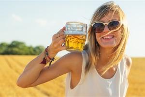Pivo zvyšuje tvorbu mléka. Jaké jsou další mýty o stravě u kojení?
