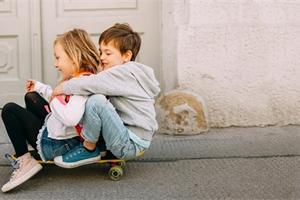 Nemůže najít kamarády? Pomozte mu! Co můžete pro své dítě udělat?