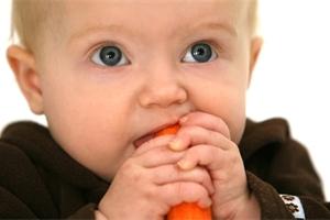 První skutečné kousky jídla: Od kdy učit prcka žvýkat?