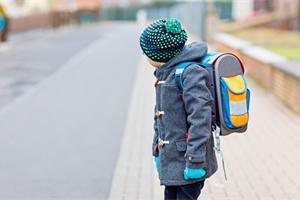Kdy pustit školáka poprvé samotného do školy? Ve druhé třídě už to zvládne